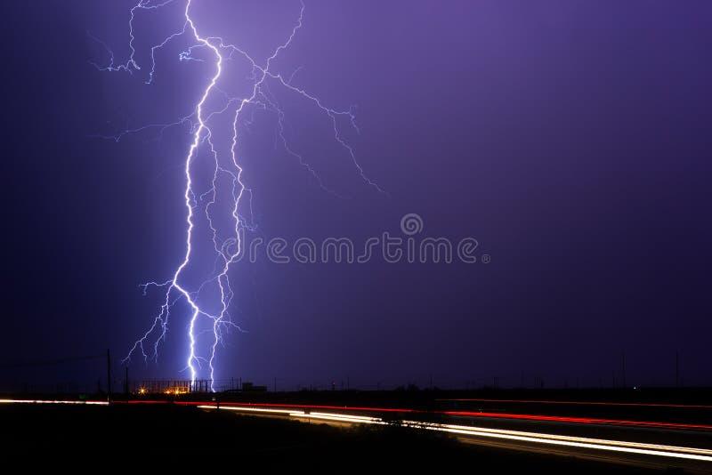 Błyskawicowy rygiel uderza elektryczną podstację podczas burzy zdjęcie stock
