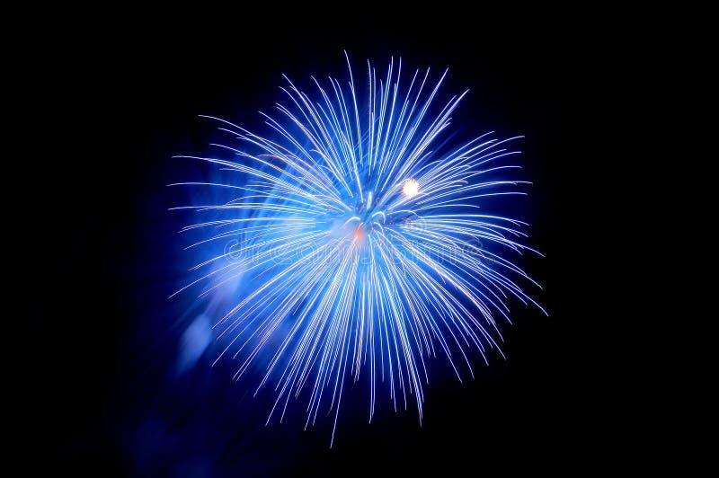 Błyski błękitni fajerwerki i błękit dymią przeciw czarnemu niebu obraz royalty free