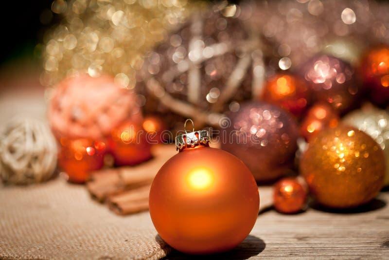 Błyskotliwa boże narodzenie dekoracja w pomarańczowym i brown naturalnym drewnie zdjęcie stock