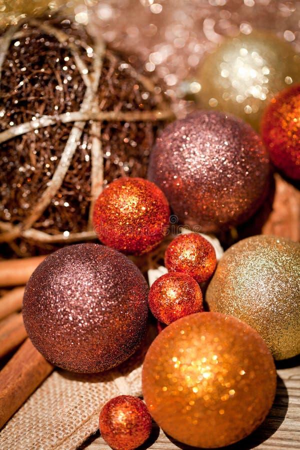 Błyskotliwa boże narodzenie dekoracja w pomarańczowym i brown naturalnym drewnie fotografia stock