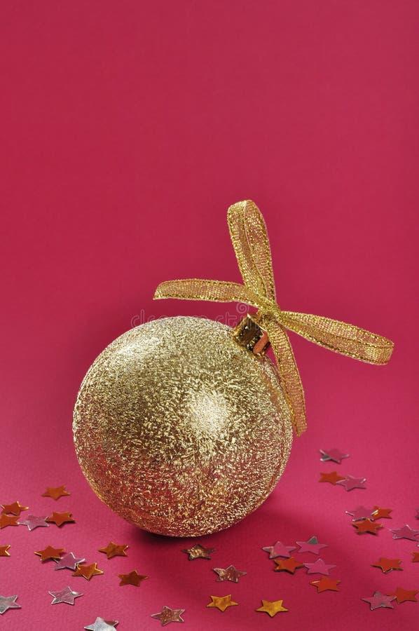 Błyskotliwości bożenarodzeniowy złocisty bauble fotografia stock