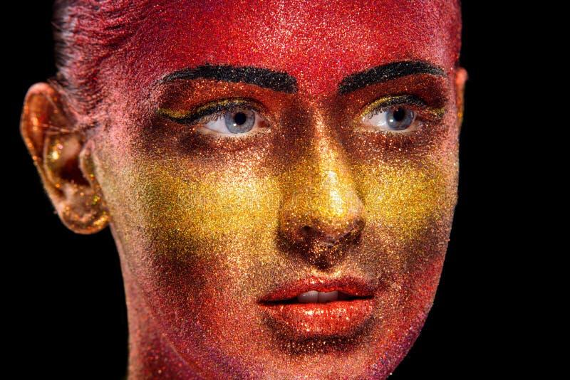 Błyskotliwości makeup na pięknej kobiety twarzy na czarnym tle obraz stock