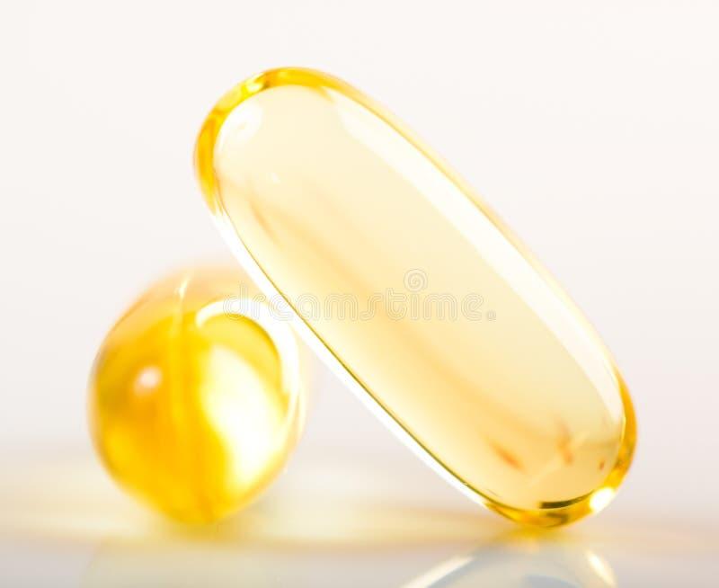 Błyszcząca żółta witaminy e rybiego oleju kapsuła zdjęcia stock