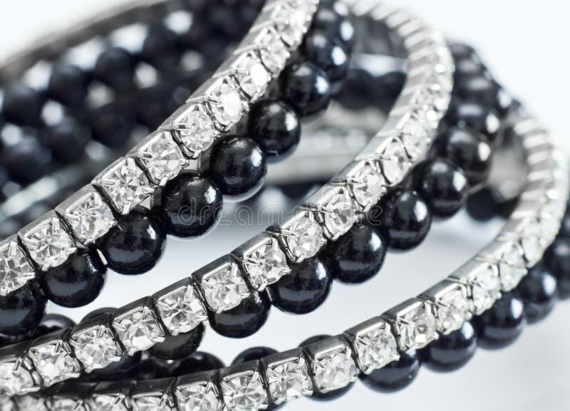 Błyszcząca bransoletka z czarnymi perłami zdjęcie stock