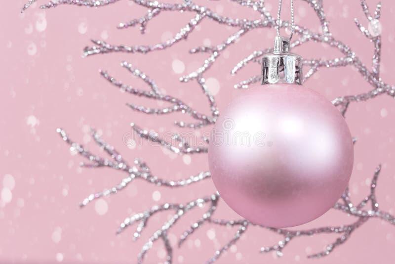 Błyszcząca gałąź z różowym Bożenarodzeniowym bauble monochromem z śniegiem zdjęcie stock