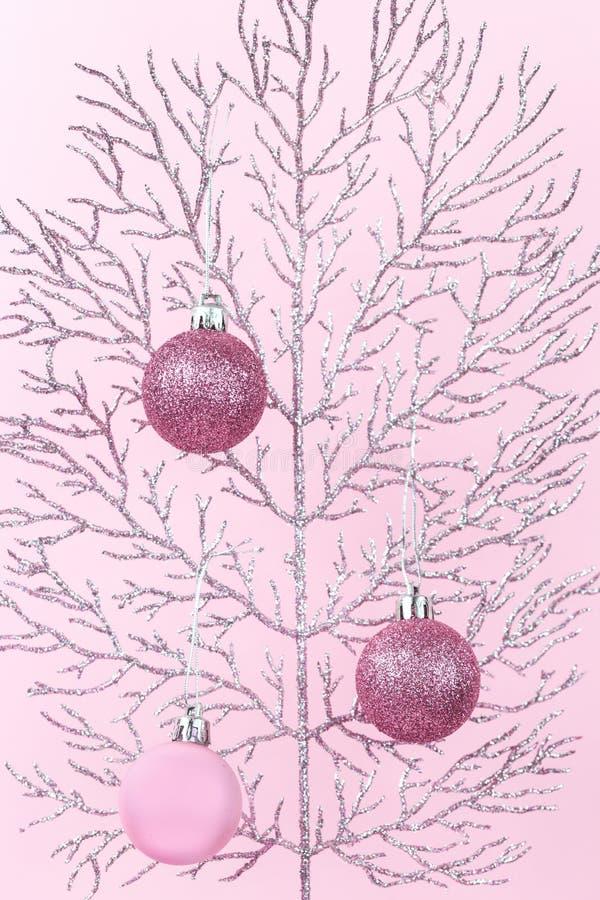 Błyszcząca gałąź z różowymi Bożenarodzeniowymi baubles monochromatycznymi obrazy royalty free