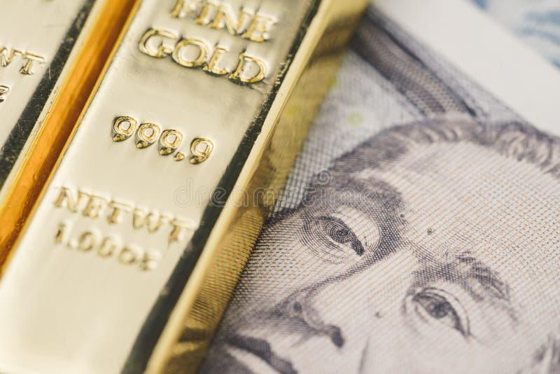 Błyszcząca złocistych sztab ingot sterta na Japońskiego jenu banknotu pieniądze a zdjęcie stock
