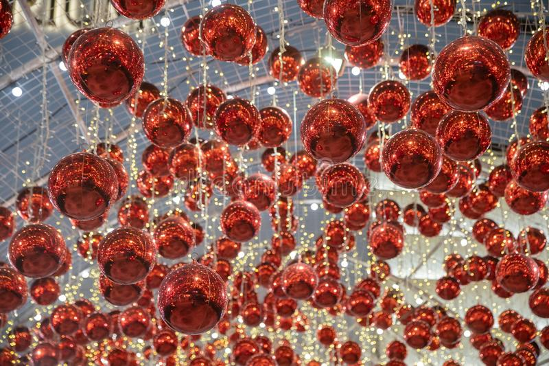 Błyszczące xmas szklane Bożenarodzeniowe piłki wiesza stalowym drutem obrazy stock