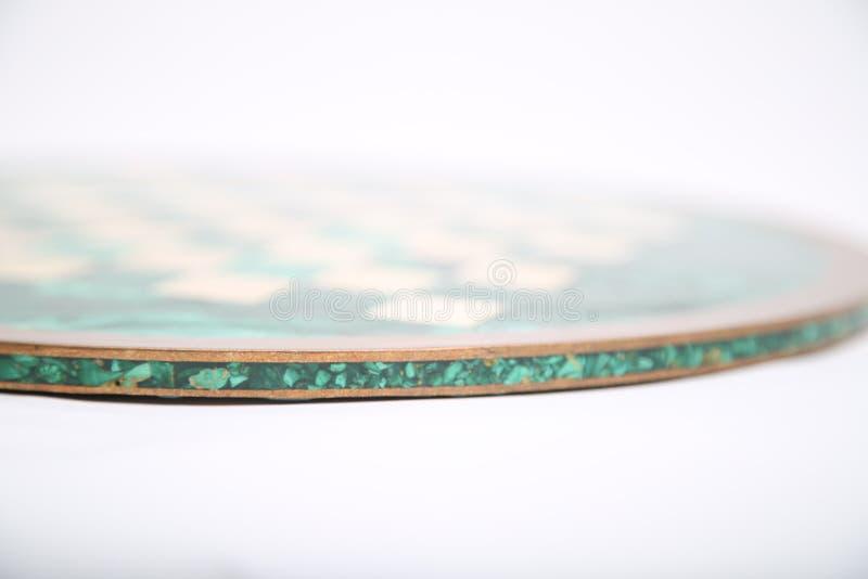 Błyszczącego round zieleni kamienia pusta szachowa deska na odosobnionym tle obrazy stock