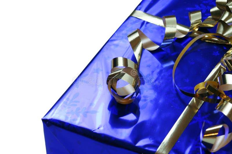 Błyszczący błękitny prezent z złocistymi faborkami fotografia royalty free