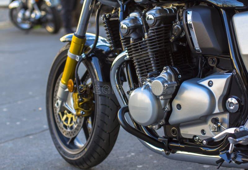 Błyszczący chromu motocyklu silnik i przednia opona toczymy fotografia stock