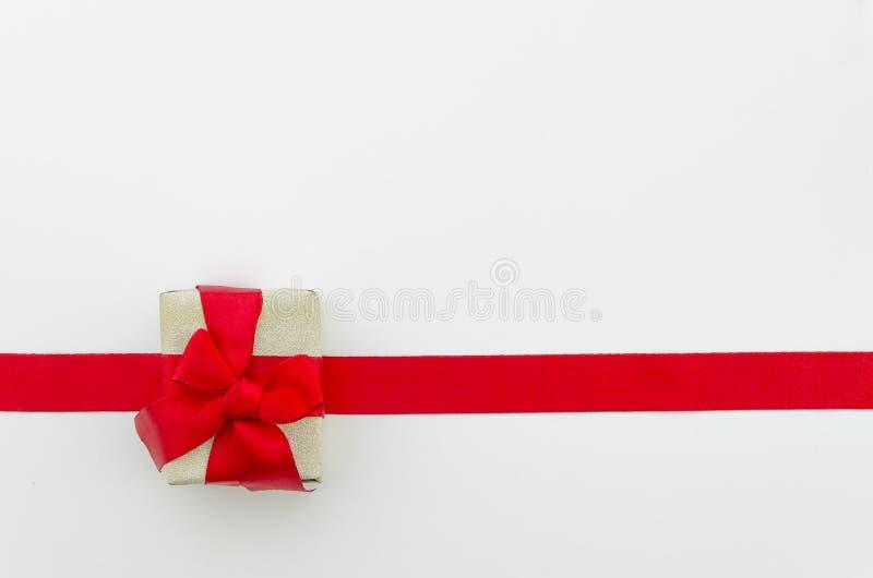 Błyszczący czerwony atłasowy faborku i prezenta pudełko na białym tle piękny taniec para strzału kobiety pracowniani young Odgórn obraz royalty free