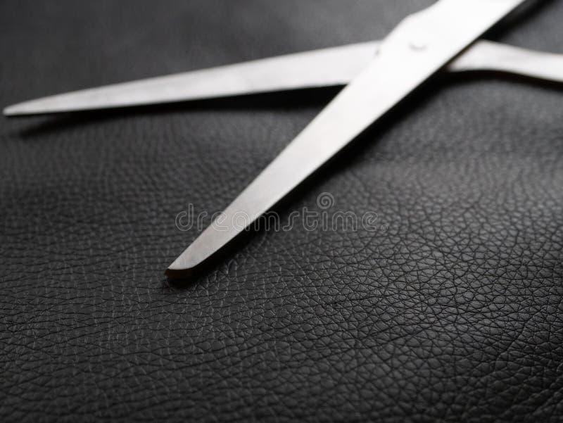Błyszczący metali nożyce na kawałku naturalna skóra obraz stock