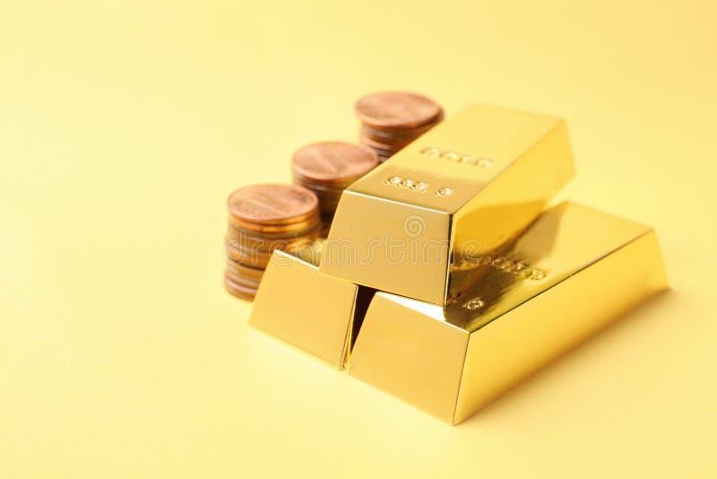 Błyszczący złociści bary i monety obrazy stock
