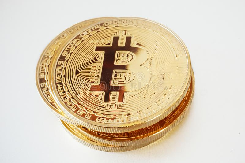 Błyszczący złoty bitcoin na białym tle, odizolowywającym cyfrowy curr obraz stock