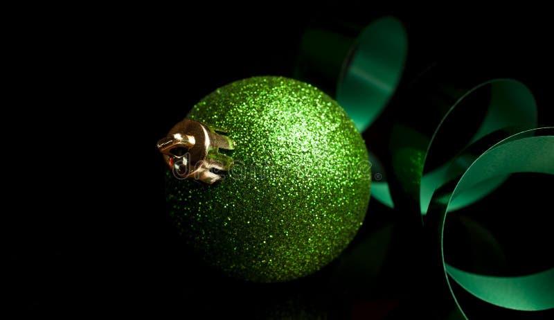 Błyszczący zielony ozdób świąteczny zdjęcia stock