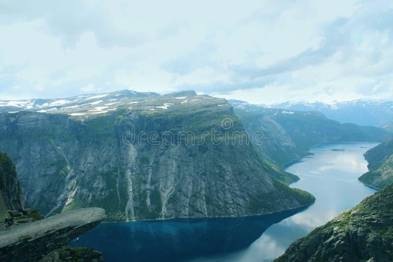 Błyszczka jęzor (norw Trolltunga) jest jeden popularni celowniczy miejsca w Norwegia obrazy royalty free