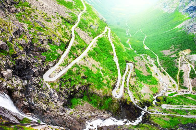 Błyszczki ścieżka Trollstigen - droga w górach w Norwegia fotografia stock