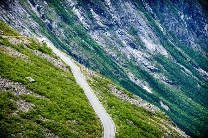 Błyszczki ścieżki Trollstigen halna droga w Norwegia zdjęcia stock