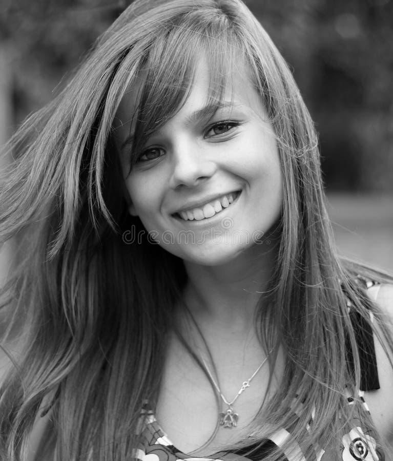 b照相机女孩照片俏丽微笑对w年轻人 免版税图库摄影