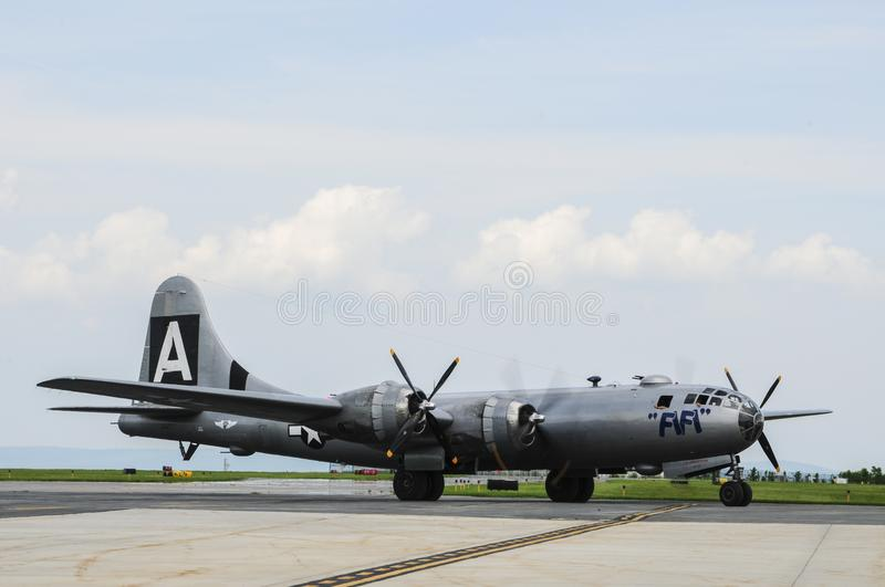 B-29 бомбардировщик FIFI на авиапорте стоковые фото