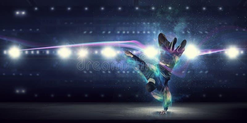 Download B-мальчик выполняя некоторое двигает Мультимедиа Стоковое Изображение - изображение насчитывающей танцор, выполните: 81807941