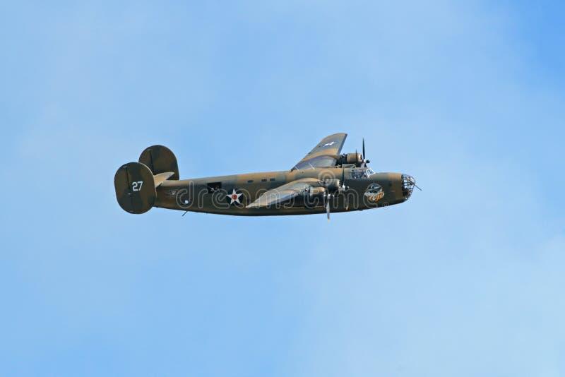 B-24 rendant passe-bas chez Airshow image stock