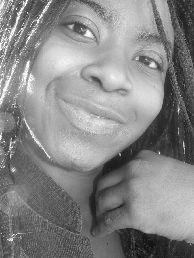 B&W Portrait der lächelnden Frau lizenzfreie stockbilder
