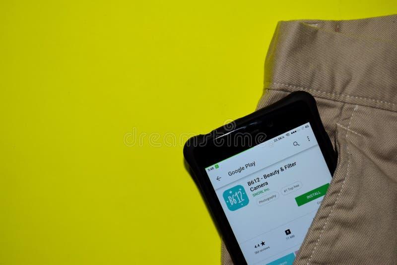 B612 - Belleza y uso del revelador de la cámara del filtro en la pantalla de Smartphone imagenes de archivo
