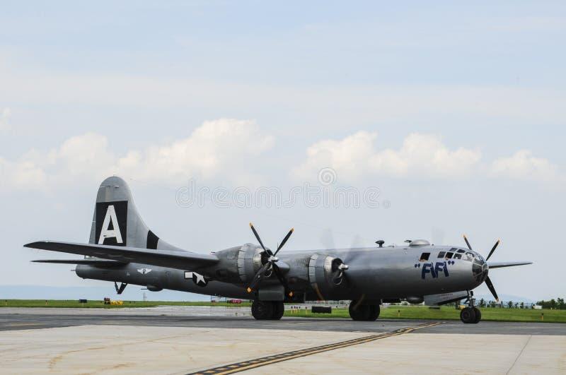 B-29 bombplan FIFI på flygplatsen arkivfoton