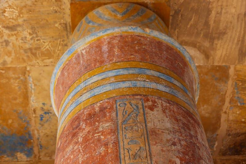 B C a coloré le hall au temple de Karnak - Egypte photographie stock libre de droits
