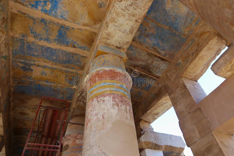 B C a coloré le hall au temple de Karnak - Egypte images libres de droits