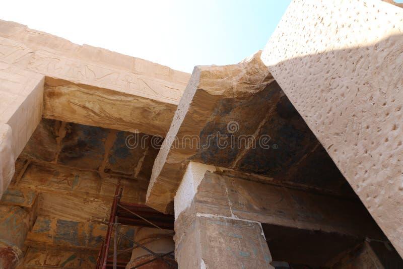 B C a coloré le hall au temple de Karnak - Egypte photo libre de droits