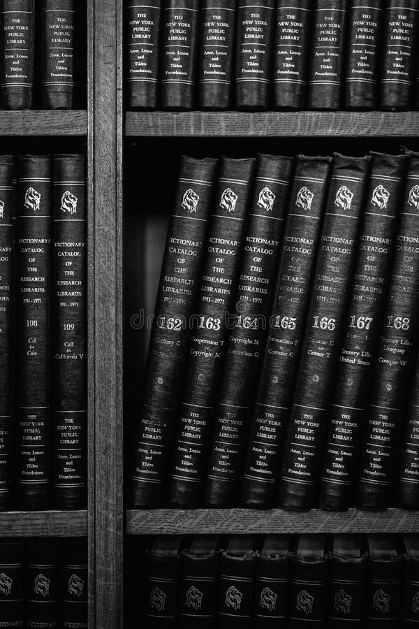 B?cher auf einem Regal an der New- York?ffentlichen bibliothek in Midtown Manhattan, New York City lizenzfreie stockbilder