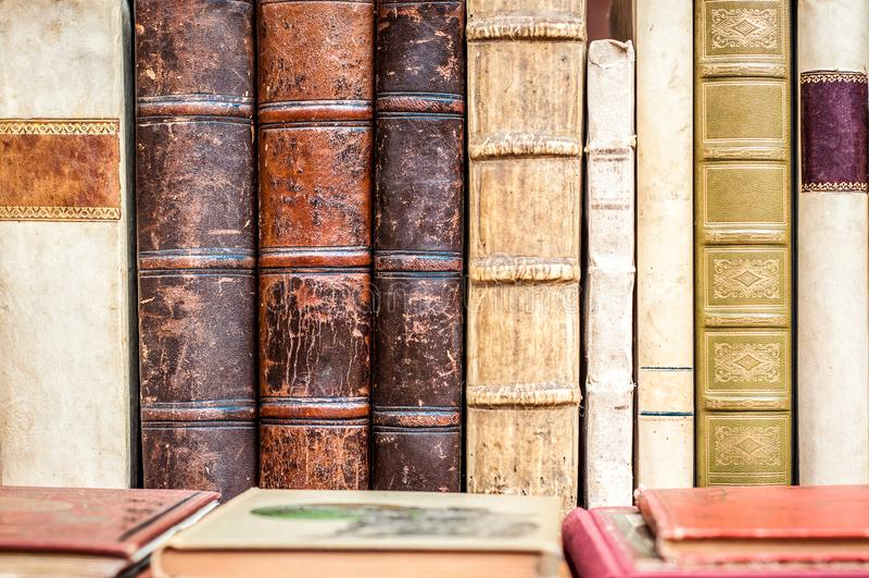 B?cher in einer Reihe Alte Manuskripte Antike Bibliotheksb?cher lizenzfreie stockfotos