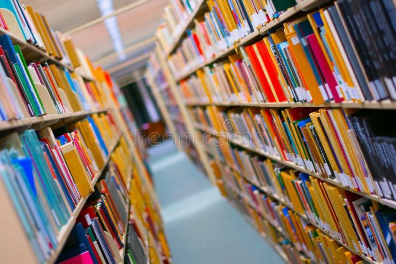 B?cherregal in einer Bibliothek stockbilder