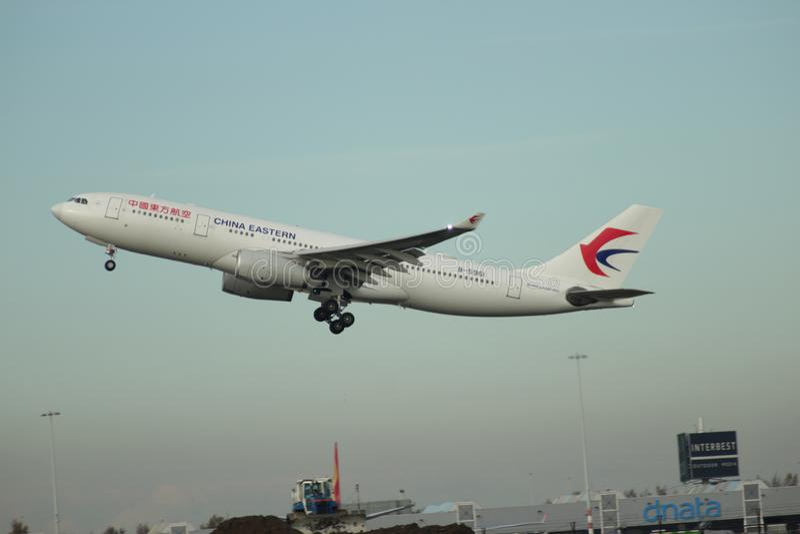 B-5961 China Eastern Airlines Aerobus A330-243 odjeżdża od Kaagbaan fotografia royalty free