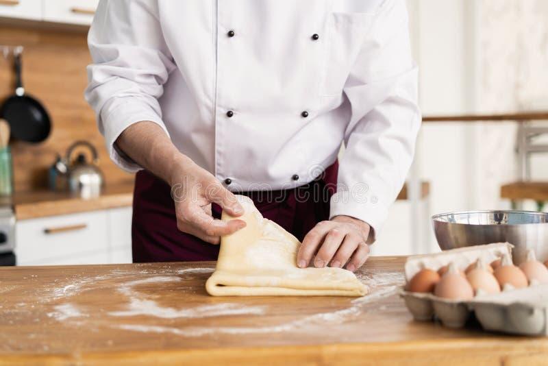 B?cker, der Brot, Mannh?nde, einen Teig knetend macht und kochen Mantel stockfoto