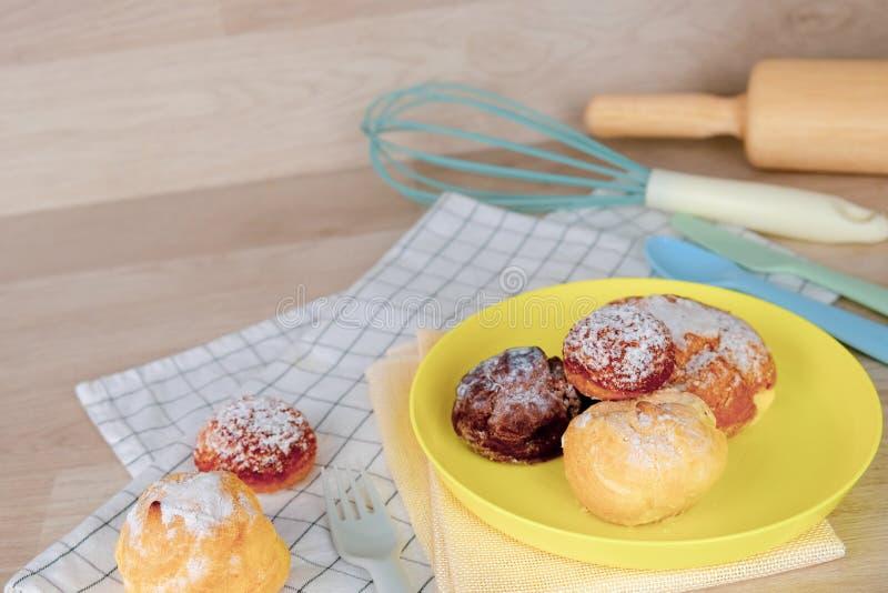 B?ckerei-Rezept-Sommerfest zu Hause Käsekuchennahrung mit Nudelholz auf gelbem Teller und hölzernem Hintergrund Entspannen Sie si stockfotos