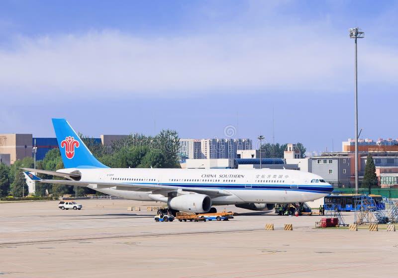 B-6058 die China Southern Airlines-Luchtbus A330-243 bij de Hoofd Internationale Luchthaven van Peking wordt geparkeerd stock fotografie