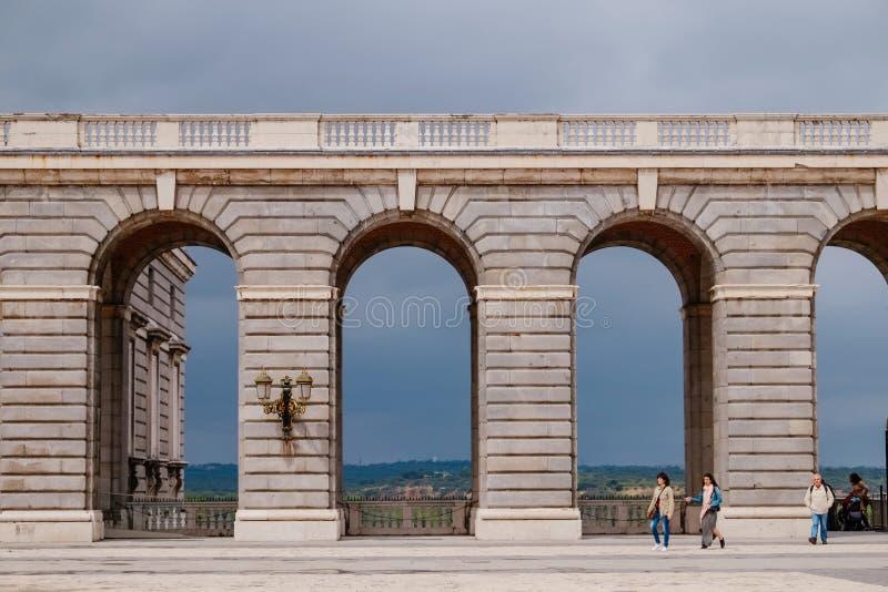 B?gar p? fyrkanten av Plaza de la Armeria i molnig dag madrid spain royaltyfri fotografi