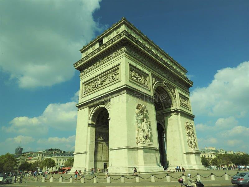 B?ge av Triumph, Champs-Elysees p? solnedg?ngen i Paris royaltyfri fotografi