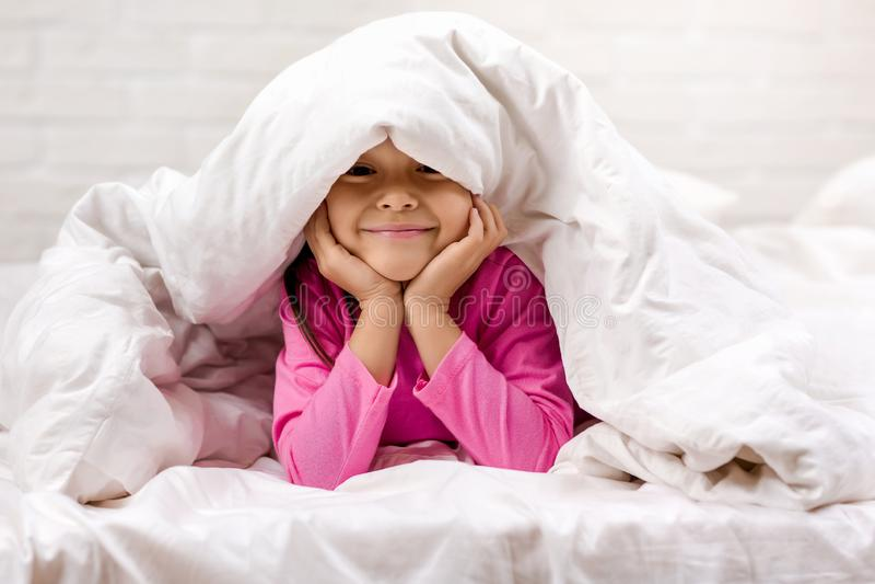 B?b? heureux de matin dans le lit photographie stock libre de droits
