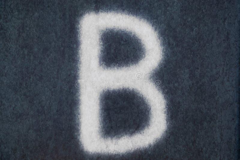 B isolerad kritabokstav i svart tavlabakgrund royaltyfria bilder
