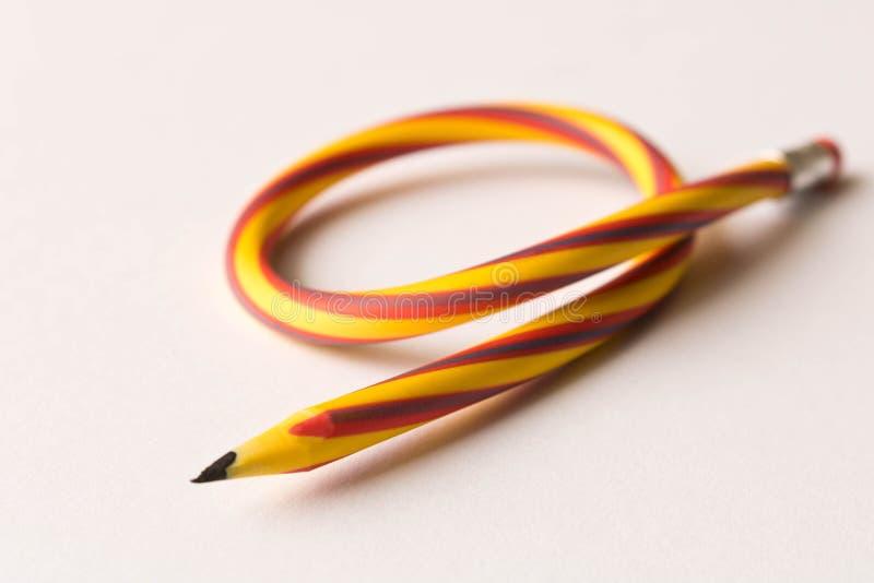 b?jlig blyertspenna P? vitbakgrund B?jande blyertspenna royaltyfria bilder