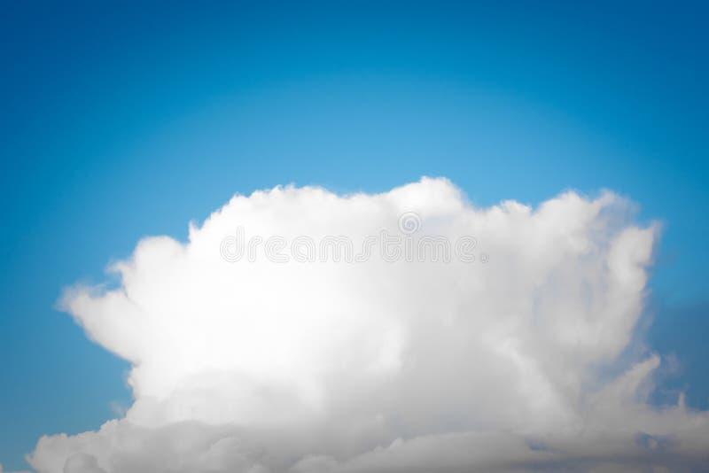 B??kitnego lata nieba cumulusu chmur bia?y t?o zdjęcia royalty free