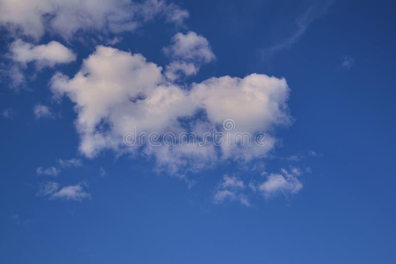 B??kitnego lata nieba cumulusu chmur bia?y t?o obraz stock