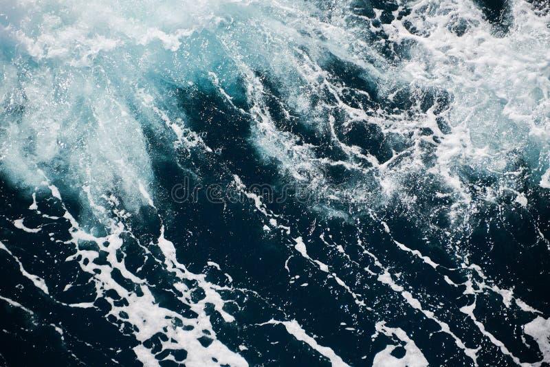 b??kitnej zieleni woda w burzowym morzu zdjęcie stock