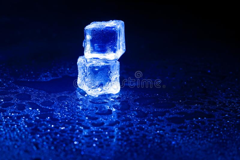B??kitni kostka lodu na czarnym tle fotografia stock