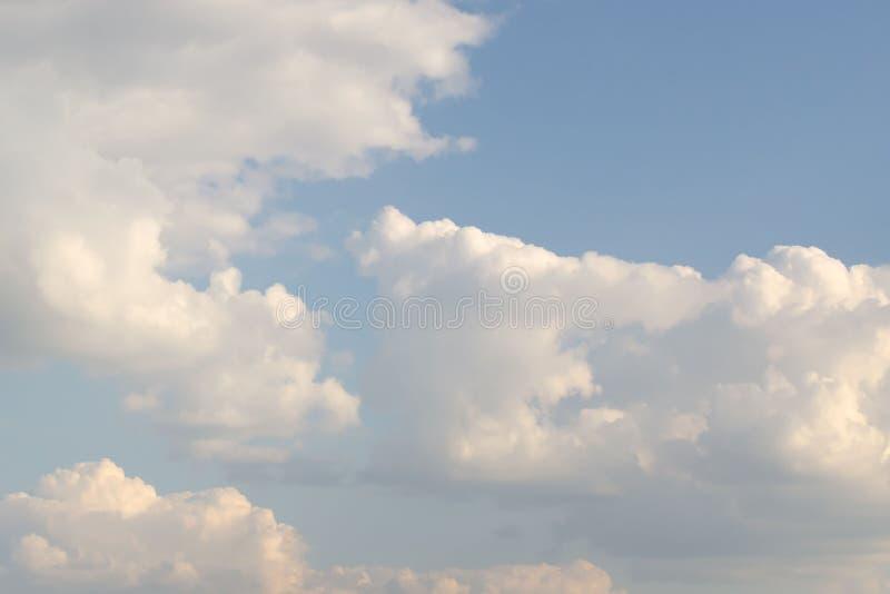 b??kitny jaskrawy chmur nieba biel obraz royalty free